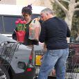 Selena Gomez s'est acheté quelques tulipes dans un supermarché de Los Angeles, le 14 janvier 2012.