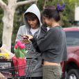 Petit moment de complicité avant de remplir le coffre de la voiture : Justin Bieber et Selena Gomez ont fait leurs courses dans un supermarché de Los Angeles, le 14 janvier 2012.