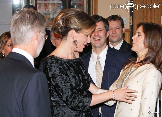 Les deux princesses sont bien complices ! La princesse Mary et le prince Frederik de Danemark étaient les hôtes de la princesse Mathilde et du prince Philippe de Belgique le 26 janvier 2012 à Bruxelles, pour un concert de jazz marquant le début de la présidence danoise du Conseil européen.