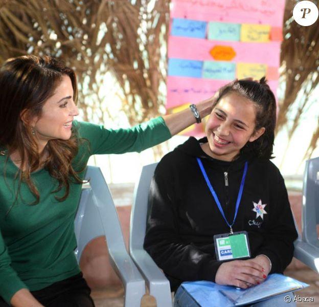 La reine Rania de Jordanie en visite dans le camp Madrasati d'Al-Karameh le 25 janvier 2012.