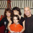 Stéphanie et Michel Fugain, aux côtés de leurs enfants, Marie et Stéphanie Fugain, en février 2005 à Paris