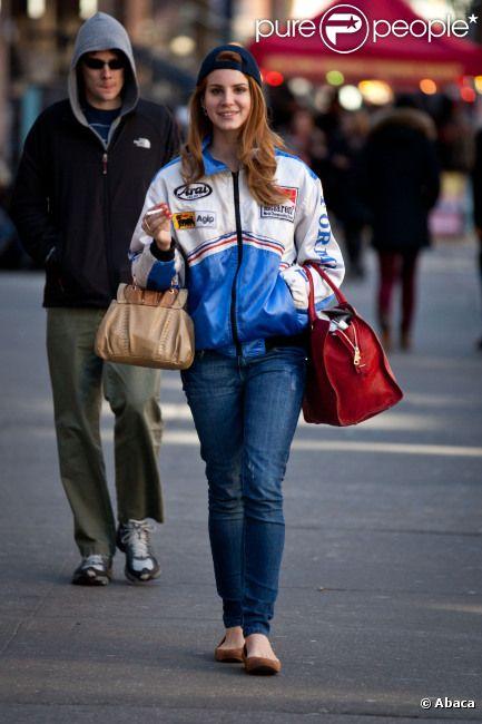 Lana Del Rey souriante dans les rues de New York semble avoir oublié son passage à Paris à New York le 3 février 2012.