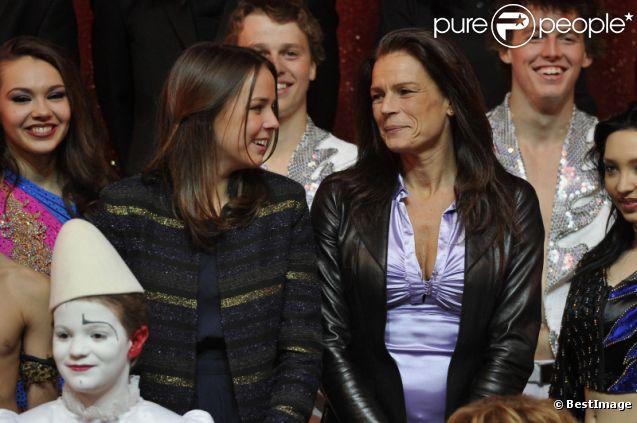 Pauline Ducruet, présidente du jury, et sa mère Stéphanie de Monaco lors du premier festival New Generation dédié aux jeunes talents du cirque à Monte-Carlo le 4 février 2012