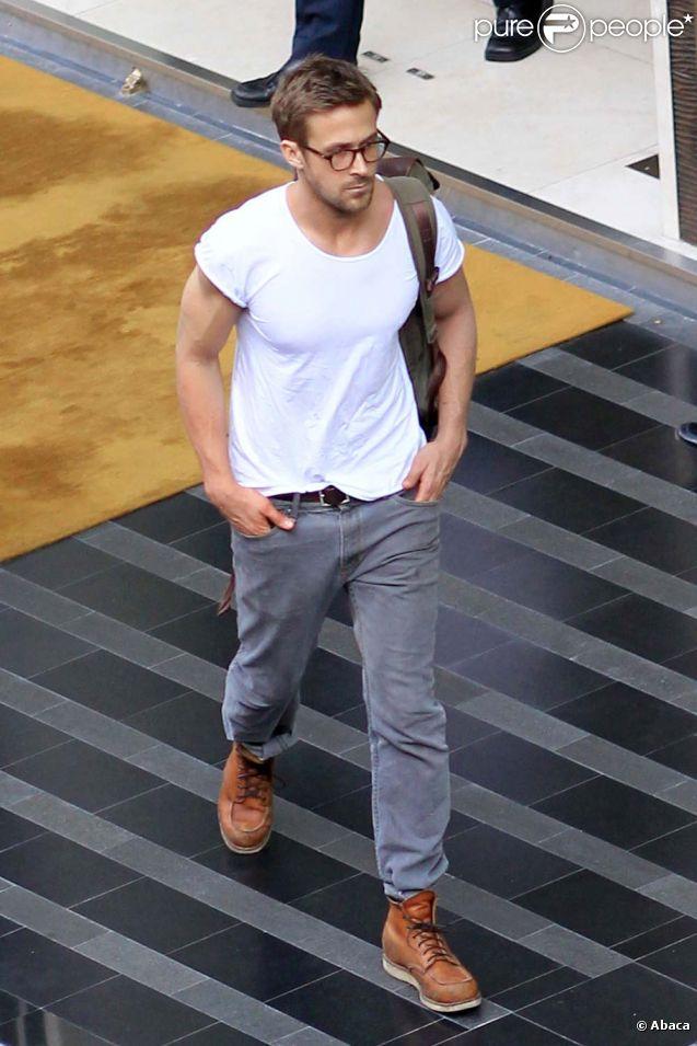 Ryan Gosling devant son hôtel à Bangkok, le 8 février 2012.