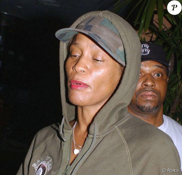 En 2004, la diva semble déjà fatiguée après un dîner au restaurant avec son mari Bobby Brown.