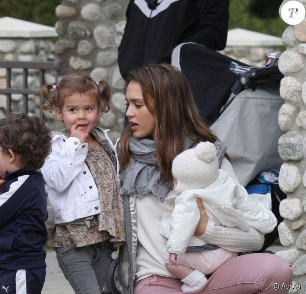 Jessica Alba avec ses adorables filles Haven et Honor, complices, dans un parc de Los Angeles le 12 février 2012