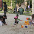 Cash Warren en mode papa poule avec ses adorables filles Haven et Honor dans un parc de Los Angeles. Le 12 février 2012