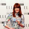Florence Welch du groupe Florence + The Machine, souriante sur le photocall avec sa plaque de Meilleure Chanteuse.