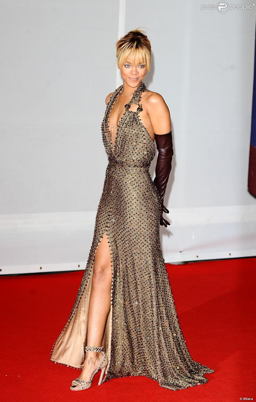 rihanna souriante sur le tapis des brit awards 2012