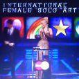 Rihanna reçoit des mains de Jenson Button son award de la Meilleure Chanteuse Étrangère.
