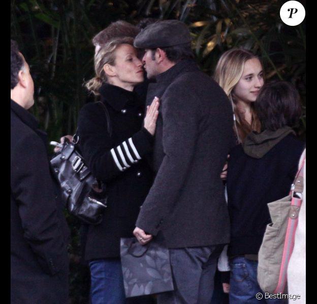 Alexandra Lamy et Jean Dujardin se disant au revoir à Los Angeles le 27 février 2012