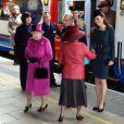 La reine Elizabeth II et Catherine, duchesse de Cambridge, arrivent à Leicester avec le sourire, le 8 mars  2012