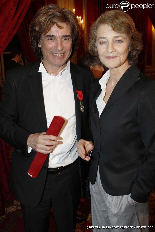 Jean-Michel Jarre et son ancienne compagne Charlotte Rampling à l'Élysée où Nicolas Sarkozy a décoré onze personnalités des arts et du spectacle, le 14 mars 2012.