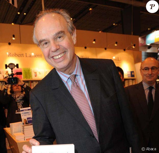 Frédéric Mitterrand fait la pub de son propre bouquin au Salon du livre de Paris, le 16 mars 2012.