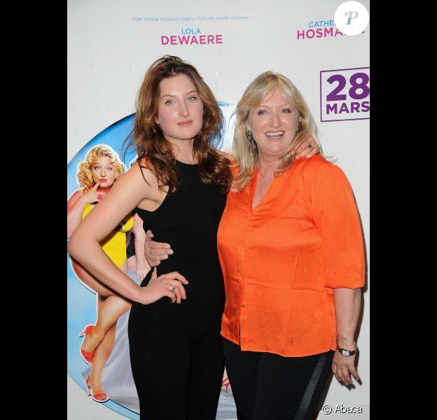 Julia Piaton et sa mère Charlotte de Turckheim lors de l'avant-première du film Mince alors ! à Paris le 20 mars 2012