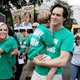 Jim Carrey porte le fils de Jenny McCarthy à une marche écolo, le 4/06/08