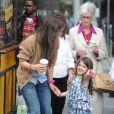 Katie Holmes avec sa maman et la petite Suri font du shopping dans les rues de New York, le 23 mars 2012