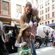 Katie Holmes avec l'adorable Suri font du shopping dans les rues de New York, le 23 mars 2012