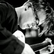 Michael Pitt glamour en dandy musicien dans les coulisses de Prada