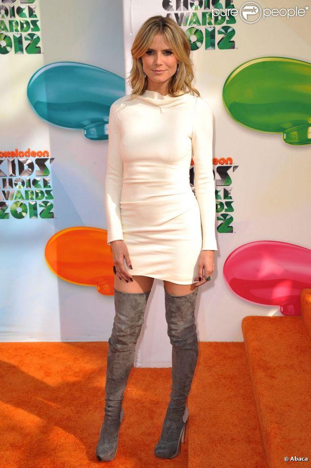 Heidi Klum opte pour une robe courte, mais aux manches longues lors des Kid's Choice Awards. Los Angeles, le 31 mars 2012.