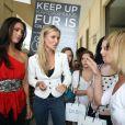 Les mannequins Joanna Krupa et Katie Cleary visitaient la boutique DASH à Calabasas pour leur demander de retirer les produits en fourrure de leurs rayons. Le 2 avril 2012.