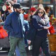 Maggie Gyllenhaal et son frère Jake se promènent dans les rues de New York, le 5 avril 2012.