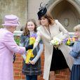 La princesse Eugenie d'York, 22 ans, ainsi que la petite blondinette Lady Louise Windsor (à droite en bleu) assistaient leur grand-mère la reine Elizabeth II lors du dimanche de Pâques à Windsor le 8 avril 2012.