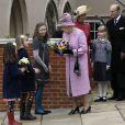 Comme après la plupart des services en la chapelle royale Saint-George de Windsor, la reine Elizabeth II était attendue par des enfants qui souhaitaient lui offrir des fleurs, lors du dimanche de Pâques, le 8 avril 2012