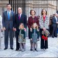 La princesse Letizia, le prince Felipe, le roi Juan Carlos Ier avec sa petite-fille la princesse Sofia, la reine Sofia et sa petite-fille la princesse Leonor, l'infante Elena et l'évêque Jesus Murgui.   La famille royale d'Espagne assistait le 8 avril 2012 en la cathédrale Santa Maria de Majorque (''La Seu'') à la messe de Pâques conduite par Jesus Murgui.