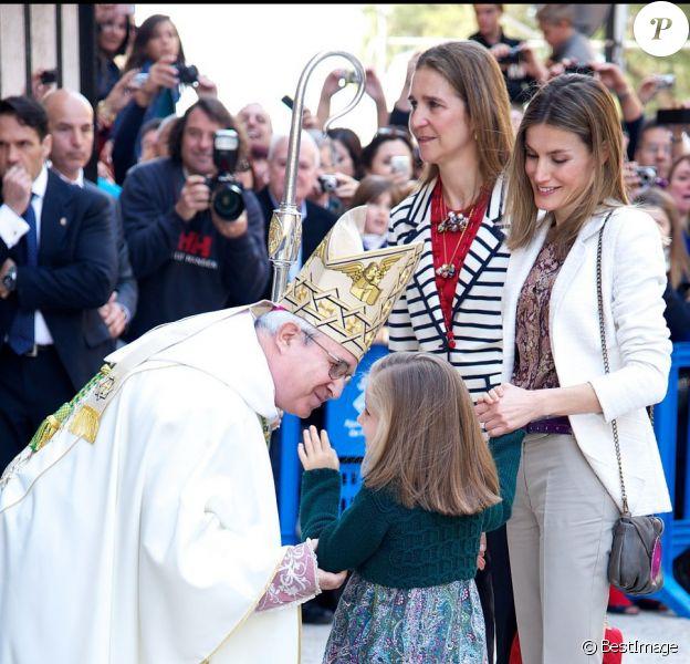 L'évêque Jesus Murgui accueille la petite princesse Leonor. La famille royale d'Espagne assistait le 8 avril 2012 en la cathédrale Santa Maria de Majorque (''La Seu'') à la messe de Pâques conduite par Jesus Murgui.