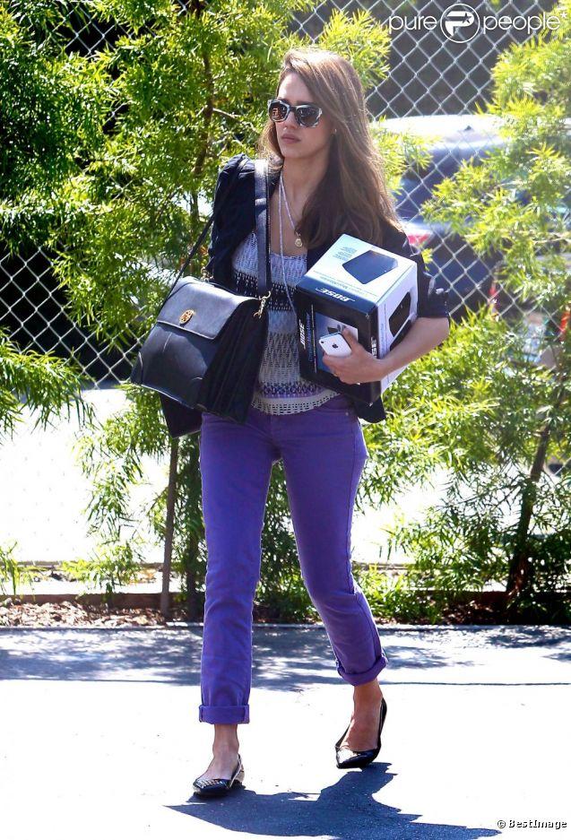 Jessica Alba arrive à son bureau avec de nouvelles enceintes pour prendre du plaisir en travaillant. Le 10 avril 2012
