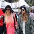 Paris Hilton et son amie Brandon Davis, stylées lors du premier jour du Festival de Coachella à Indio. Le 13 avril 2012.