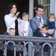 La princesse Mary et le prince Frederik avec leurs quatre enfants, Isabella, Josephine, Christian et Vincent.   Un rituel festif : la famille royale danoise s'est rassemblée le 16 avril 2012 au balcon du palais Christian IX d'Amalienborg, à Copenhague, pour célébrer avec la foule le 72e anniversaire de la reine Margrethe II de Danemark.