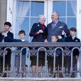 La reine Margrethe II et le prince consort Henrik avec leurs quatre grands petits-enfants, Nikolai, Christian, Isabella et Felix.   Un rituel festif : la famille royale danoise s'est rassemblée le 16 avril 2012 au balcon du palais Christian IX d'Amalienborg, à Copenhague, pour célébrer avec la foule le 72e anniversaire de la reine Margrethe II de Danemark.
