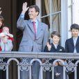 La princesse Marie et le prince Joachim avec leur petit dernière et les princes Felix et Nikolai, nés du premier mariage de Joachim. Le jeune Henrik, lui, se cache...   Un rituel festif : la famille royale danoise s'est rassemblée le 16 avril 2012 au balcon du palais Christian IX d'Amalienborg, à Copenhague, pour célébrer avec la foule le 72e anniversaire de la reine Margrethe II de Danemark.