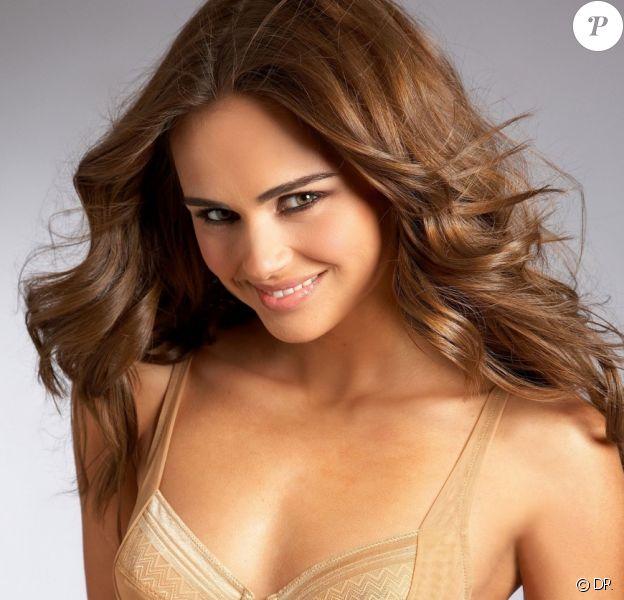 Xenia Deli prend un regard coquin lorsqu'elle pose pour la marque de lingerie et de maillots de bain Bare Necessities