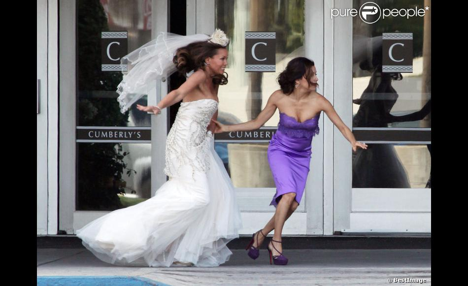Eva Longoria et Vanessa Williams en robe de mariée courrent sur le tournage de la huitième saison de Desperate Housewives, le 18 avril 2012 à Los Angeles.