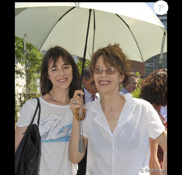 Charlotte Gainsbourg et sa mère Jane Birkin en juillet 2010