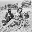 Charlotte Gainsbourg avec ses parents Serge Gainsbourg et Jane Birkin en 1972 à Nice