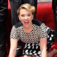 Scarlett Johansson reçoit une étoile sur le Walk Of Fame à Los Angeles, le 2 mai 2012.