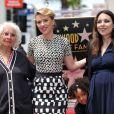 Scarlett Johansson, entourée de sa grand-mère Dorothy, de sa mère Melanie Sloan et de sa soeur Fenan, reçoit une étoile sur le Walk Of Fame à Los Angeles, le 2 mai 2012.
