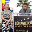Jeremy Renner félicite Scarlett Johansson qui reçoit une étoile sur le Walk Of Fame à Los Angeles, le 2 mai 2012.