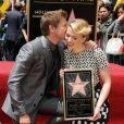Scarlett Johansson, accompagnée de l'acteur Jeremy Renner, inaugure son étoile sur Hollywood Boulevard à Los Angeles.