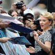 Scarlett Johansson signe des autographes à ses fans pour l'inauguration de son étoile sur Hollywood Boulevard à Los Angeles.