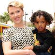 Scarlett Johansson, accompagnée de sa petite soeur Fenan Sloan, inaugure son étoile sur Hollywood Boulevard à Los Angeles.