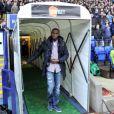Fabrice Muamba acclamé dans le stade de Bolton, après avoir été victime d'un arrêt cardiaque en mars dernier, le 2 mai 2012