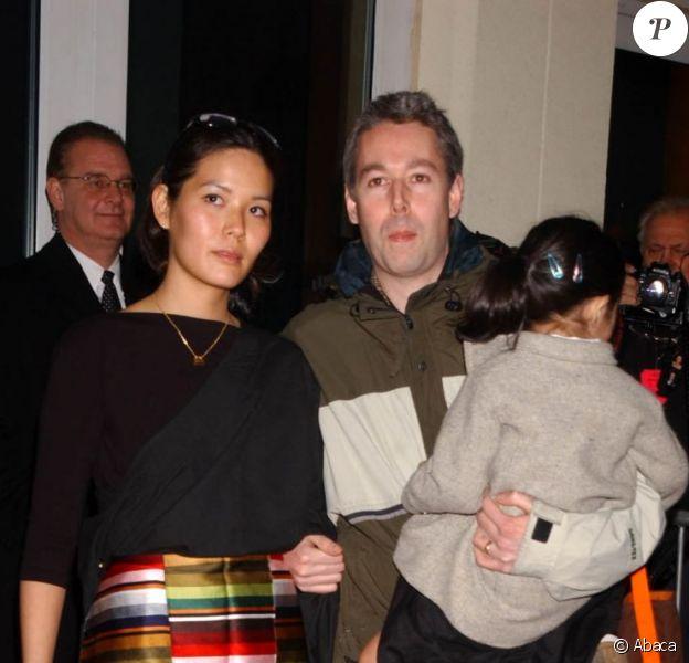 Adam Yauch accompagné de son épouse Dechen, dans ses bras, leur fille Tenzin, à New York, le 28 janvier 2002.
