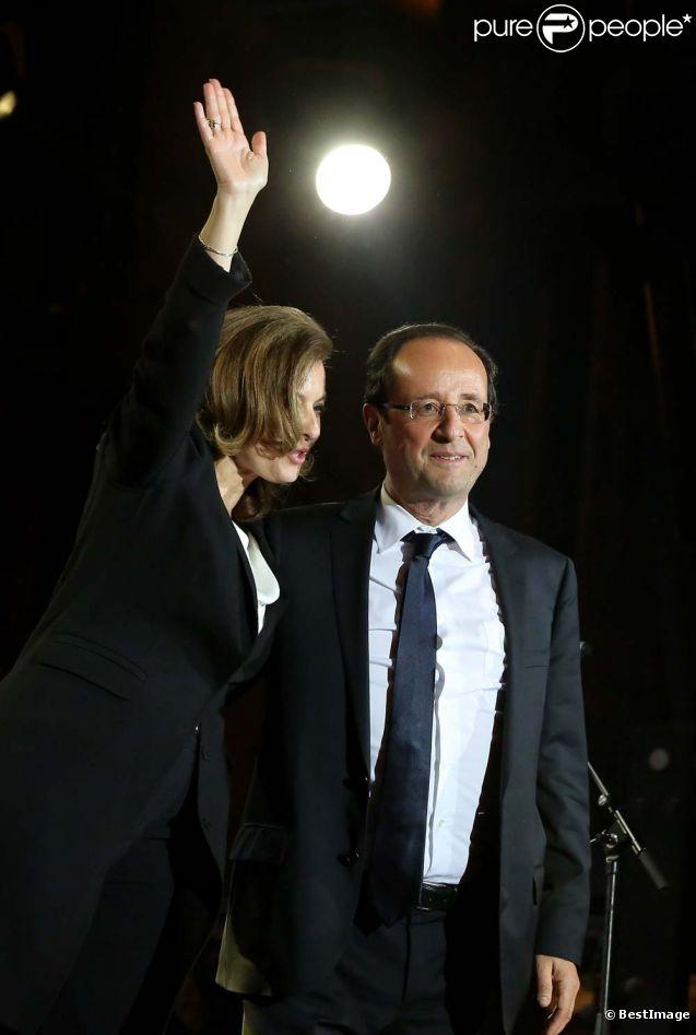 François Hollande et Valérie Trierweiler sur la place de la Bastille à Paris. Il est minuit passé, le lundi 7 mai.