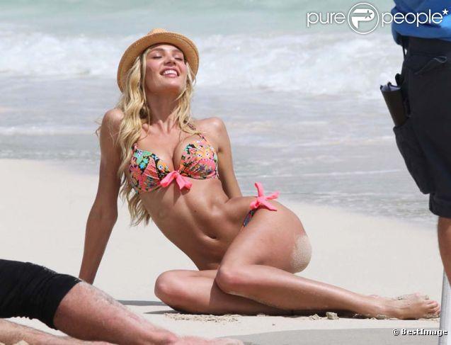 Candice Swanepoel en plein shooting Victoria's Secret à Saint-Barthélemy, le 1er mai 2012.