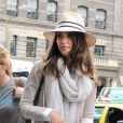 Un look d'aventurière moderne pour la pétillante Jessica Alba à New York. Sac Proenza Schouler, chapeau, la star a brillé !